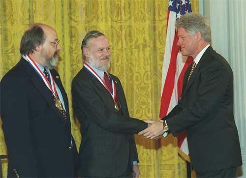 Thompson y Ritchie, recibiendo la Medalla nacional de tecnología en 1999